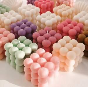 Jag säljer bubble candles i din färg önskning och t.o.m doft (ibland) .!🤍 Gjorda på 100% återvunnen stearin, så väldigt miljövänligt:) kan såklart inte garantera helt perfekt eftersom formarna jag använder slits, så kanske nån defekt någon stans men annars bra skick såklart!💞skriv privat för en beställning! (Levereras)
