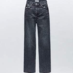 Säljer mina gråa zara jeans (Jeans ZW the 90s full lenghth). Känner att de aldrig kommer till användning... Skriv privat för mer bilder💕 BUD:300 inkl frakt