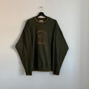 """Vintage Sweatshirt """"BEAR HUGS"""" Tröjan är i väldigt bra skick och i storlek XXL men passar mycket mindre, hänvisa till modellen som är 180cm."""