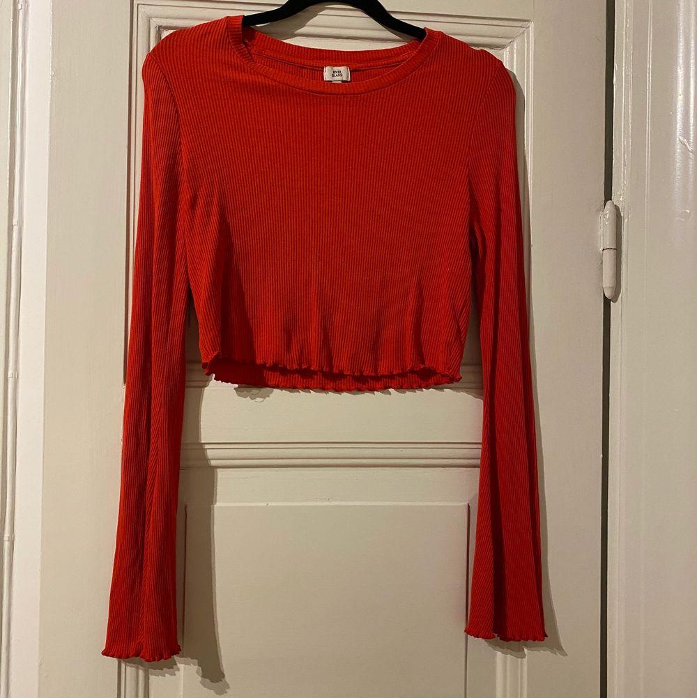 Rensar garderoben. Älskar denna men kommer aldrig till användning :(. Toppar.