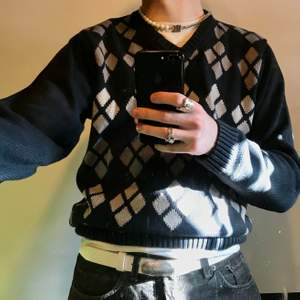 Superfin navy blomrutig sweater!! frakt: 63kr (postnord spårvart)  Dessa är enda bilderna som jag har på plagget! :)