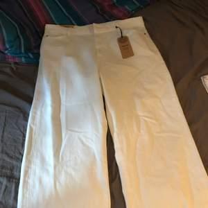 Hej säljer helt nya jeans med prislapp kvar köptes ungefär en månad sen har tyvärr inte kvitto kvar. Nypris i butik 399kr