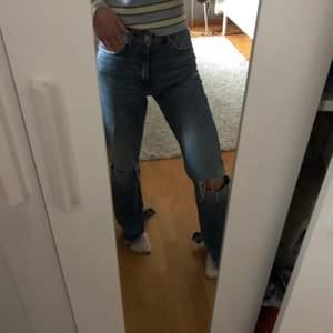 Super snygga jeans med slits nästan aldrig använda! Köpta för 599kr