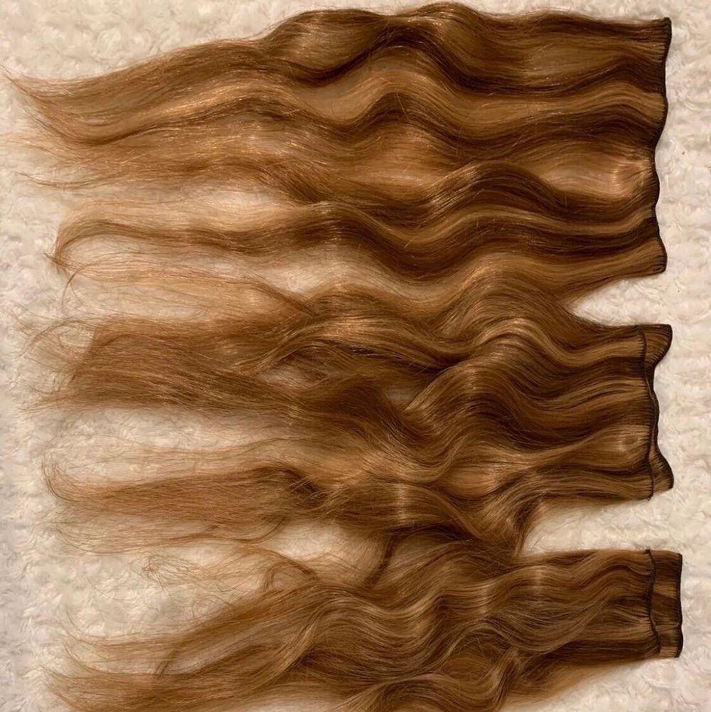 """OBS! Tre olika löshår på varje bild!                                  Bild nr 1 - 50 cm långt, clip on hår (klipps) 7 delar färgen kallas """"goldenbrown mix""""                                                  Bild nr 2 - ponytailhår, 50cm ocj lockigt i färgen """"blackbrown""""                                                                     Bild nr 3 - färgen """"medium ash brown"""" 50 cm, clip on hår/klipps (3x3) skriv för mer info gällande håret. Kom med eget prisförslag . Övrigt."""
