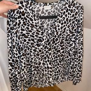 Skit snygg leopard blus från vila😍 jätte trendig med brunt och leopard! Den är använd men i väldigt fint skick! Älskar den! Den är i storlek 36. Skriv i dm för mer bilder!💓