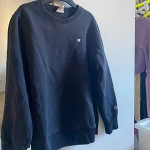 Svart champion sweatshirt köpt på plick men bara använd 1 gång. I bra skick, står på den att storleken är L men skulle säga att d mer är en Xs/S. Ganska hård i materialet men väldigt bra kvalité.✨
