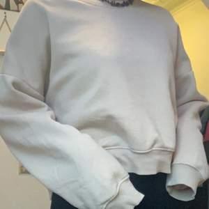 Beige sweatshirt i storlek M🤍säljer för 100kr+frakt💕är många intresserade blir det budgivning