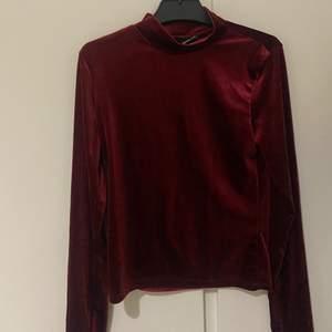 En vinröd tröja som är väldigt fin till finare tillfällen