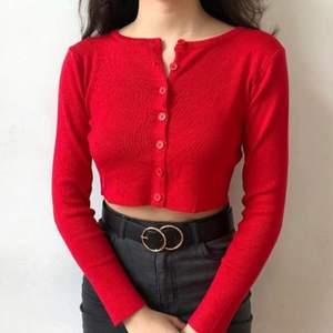Kort röd cardigan. Brandy Melville dupe
