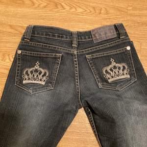 Ett par jätte fina Victoria Beckman jeans som är y2k stil. Dem passar mig som vanligtvis har storlek 34. Dem är lågmidjade och jätte bekväma 💕💕💕 buda i komentarerna 💕
