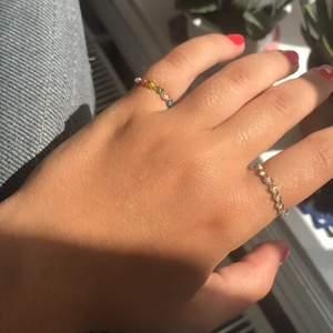 En fin ring som jag gör själv! Du kan antingen välja på att ha den med en färg eller med flera färger av ditt val! ☘️Passar perfekt för en touch of colour i din outfit☺️ färg alternativ skickar jag via meddelanden sen om du skulle vara intresserad! Frakten ingår i priset därav högre pris💕💕