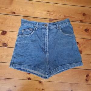 söta högmidjade jeansshorts i perfekt skick! stora fickor, markerad midja å lite A-linje vid benslutningen!