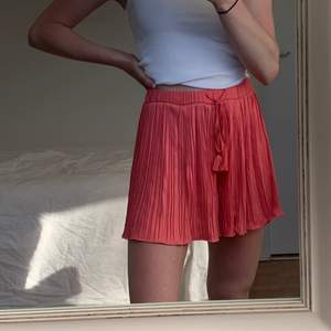 Ett par kjol likande shorts köpta på Zara för ett par år sen, endast använda ett fåtal gånger. Köparen står för frakten!💗