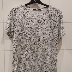 Vit och svart t-shirt från BikBok i storlek M. Bra skick ✨ Gratis frakt 💕