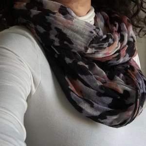 Scarf , sjal , strandklänning eller halsband i flera färger. Faktiskt mycket användbara nyanser:beige, vit, svart och lavendel! Viskos i mycket gott skick.