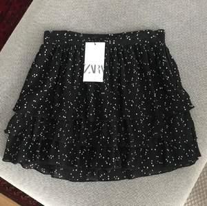 Säljer nu denna jättefina populära kjolen från zara! Slutsåld på hemsidan ⚡️ Helt oanvänd med prislapp kvar, säljer då den tyvärr inte passa mig:( Buda i kommentarerna 🌸 (lånade bilder)