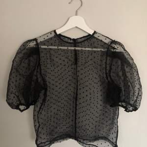 Mesh top från zara med puffärmar. Storlek S. Perfekt tröja till funkar både vinter sommar höst och vår!