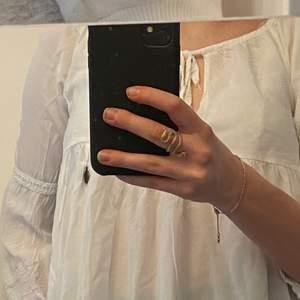 Jag säljer en fin vit blus med fina detaljer och en fin urringning längre upp på blusen.                                         Jag säljer den för 80kr + frakt.
