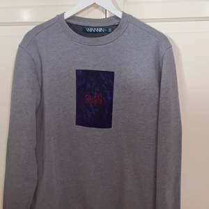 Grå sweatshirt med coolt tryck, fint skick