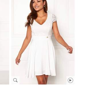 Vit fin studentklänning som är redo för någon annan! Använd under min skolavslutning i 9:an, så använd en gång. Väldigt fin i ryggen och lagom längd. (Jag är 165cm) Rekommenderar!