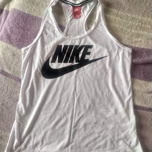 Vitt linne från Nike storlek M. Använd ett fåtal gånger