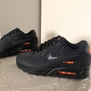 Ett par nya svarta Nike Air Max med orangea detaljer. Dessa är endast använda en gång men sedan insett att dem var för små, skriv för frågor 🙌🏼