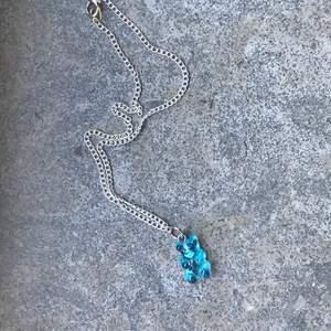 Ett blått gummibjörns halsband som är nickelfritt och bra mot känslig hud 😊💞 billigt pris och FRI FRAKT