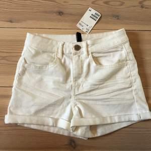 •Helt nya vita shorts från H&M •Prislapp kvar