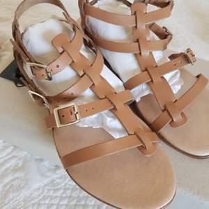 Somriga sandaler från Bianco i storlek 39. Helt oanvända då de tyvärr var lite för små för mig 😥 Nypris 650kr. #bianco #sandaler #nyskick