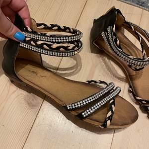 Söta sandaler endast använda 1 gång, säljs pga garderobs rensning. 🌞🌞🌞