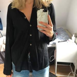 Svart skjorta i linneinspirerat material från HM, knappt använd!!🖤🖤