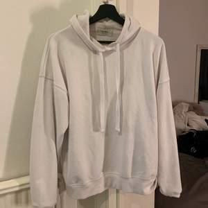 Vit hoodie från märket pull&bear storlek M använd några gånger
