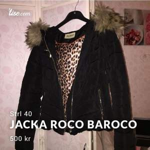 Säljer min kära jacka då den inte har någon användning längre, Strl 40 alltså som M, den är i väldigt bra skick inga hål alls eller nån fel på den, köpt för 1799kr säljes för 500kr då jag gärna vill göra mig av med den