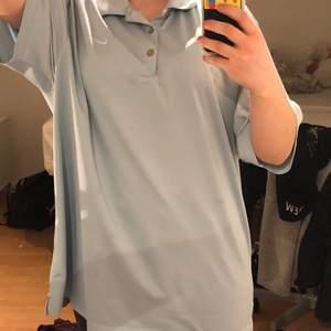"""Jättefin blå nike golf tröja i strl XL, man ser hur lång den är på mig som har S i vanliga fall. Jag brukar bara stoppa in den och då blir den som en """"vanlig"""" tröja, men man kan också croppa den så tror jag det blir super bra!!"""
