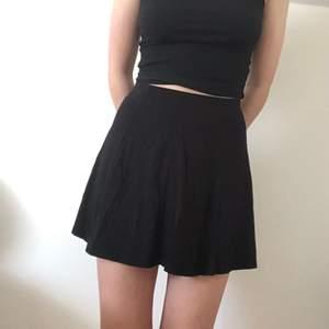 Fin svart kjol från pull&bear som är knappast använd 🤩 Den är stretchig och därför passar storlekar 34-38!
