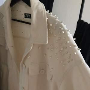 Jacka från Zara med pärlor på och alla pärlor sitter kvar. Storlek XS.                                                   300kr+frakt