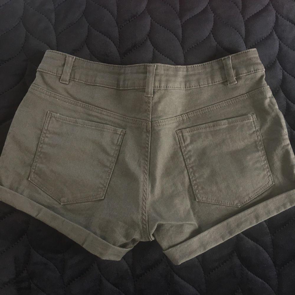 Snygga militär/gröna cargo shorts 😍 Knappt använda, är som nya! Strl 34! Frakt tillkommer ❣️. Shorts.