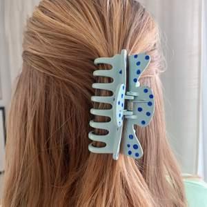 Handmålad hårklämma med blåa prickar 🤩 tillverkas endast en gång! Kostar 70 kr med FRI FRAKT 💖