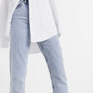Säljer nu mina oanvända jeans från Collusion köpta på ASOS, säljer då jag inte får användning för dem 💕 skitsnygg blå färg och påminner lite om monkis Yoko jeans 🤩 fler bilder kan skickas vid intresse 💕 storlek 30/30 passar mig som har S/M i byxor