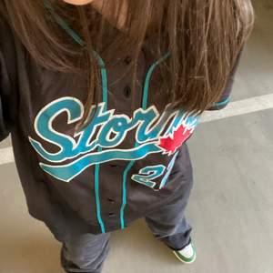 Jätte fin brun baseball T-shirt 🧸💞, säljer pga använder ej. Har använt en gång då jag tog dessa bilder! 🥰 (storlek XS/S) köpt för 450 säljer för 250.