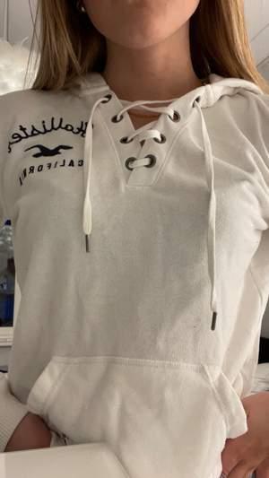 En hoodie från hollister med knytning vid bröstet.