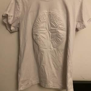 Fake Stone island t-shirt. Rätt stor och luftig.