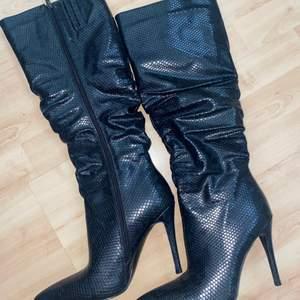Underknee boots i 39 , oanvända! Från simmi, kan skickas spårbart för 66 kr