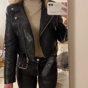 Säljer min snygga skinnjacka från Zara då jag har en nästan likadan och denna då inte kommer till användning! Storlek M men passar även S. Knappt använd så väldigt bra skick. Kan mötas upp i Göteborgs området.