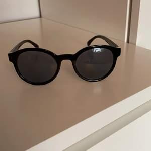 Solglasögon med en guld detalj! 💕