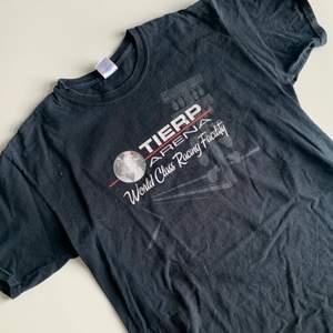 Oversized t-shirt med snyggt tryckt!! Säljer även en likadan fast vit. Köpare står för frakt 45kr ❤️