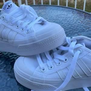Ett par vita adidas skor i storlek 36 aldrig använda till och med lappen kvar. Skorna är köpta för 650 och säljer dem för 500kr+frakt
