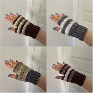 Jag virkar handledsvärmare, perfekta nu till våren! Det går att få i många färger och kombinationer. Jag kan göra med tumme (bild 1 & 2) eller utan tumme (bild 3). Jag virkar på beställning så det kan ta några dagar. Jag rekommenderar handtvätt! :)