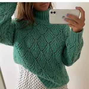 LÅNAD BILD från plick!! Säljer denna stickade tröja från Zara. Storlek 158 (passar XS/S). Egna bilder lägga ut i annonsen snart. Frakt 66kr. Möts bara upp i Täby.