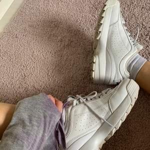 Fila skor använda 1 sommar. Skick på utsidan: 8/10 rena men lite creasade. Skick på insidan 6/10 kan bli 9/10 om man byter ut eller tvättar sulan. Köpta för ca 1000kr. Väldigt små i strl 39,5 känns som 38,5.